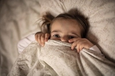 xbedtime-fading-girl-under-covers-closeup-by-Liderina-istock-400x-min.jpg.pagespeed.ic.yZFTYnj5d7.jpg